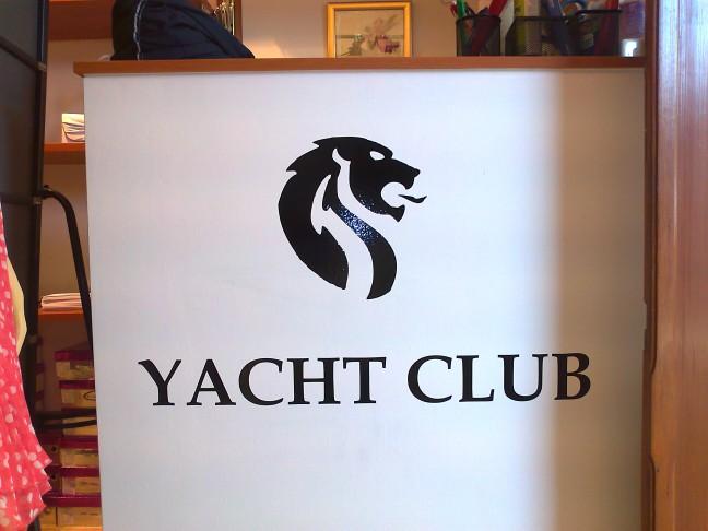 yacht-club-pult